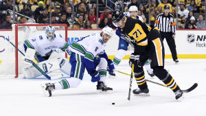 Jevgenij Malkin anfaller mot Vancouver.
