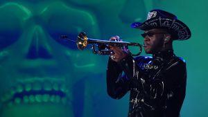 Lil Nas X spelar trumpet på Grammygalan.
