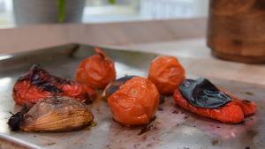 Paahdettuja vihanneksia uunipellillä