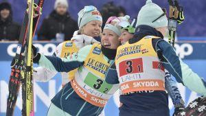 Finlands damstafettlag kramar om varandra efter att de blev tvåa i stafetten.