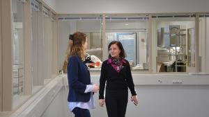 Två kvinnor inne i ett nybyggt hus