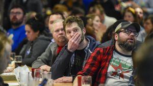Bernie sanders anhängare är besvikna under en valvaka i Minnesota.