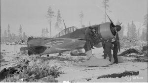 SA-arkiston kuva, jossa tankataan Fokker-hävittäjää