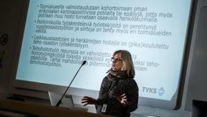 Sjukhusöverskötare Tuija Lehtikunnas håller ett föredrag i en föreläsningssal i ÅUCS.