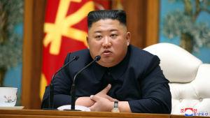 Kim Jong-un sågs senast i offentligheten under ett partimöte den 11 maj, då han upphöjde sin syster till det styrande Arbetarpartiets politbyrå.