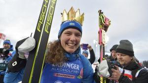 Hanna Öberg har en krona på huvudet och ler mot kameran.