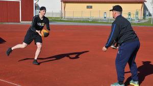 Joel Blomqvist står på ett ben och tränar styrka med en boll i handen.