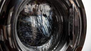 Närbild på luckan till en tvättmaskin.