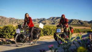 En man och en kvinna som cyklar