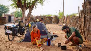 En man och en kvinna utanför ett tält