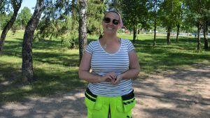 Jessica Engroos i skuggan i en park.
