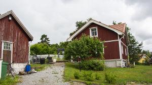 Gård med rött trähus i Skräbböle i Pargas.