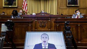 En skärm med Mark Zuckerbergs ansikte via videolänk i amerikanska jepresentanthusets justitieutskott.
