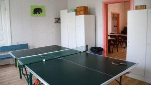 Ett pingpong-bord inne i en byggnad.
