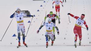 Linn Svahn korsar mållinjen först.