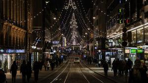 Aleksanterinkadun jouluvalot 6. joulukuuta 2020 Helsingissä.