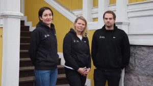 Tre ungdomsledare i Raseborgs stads svarta logojackor. Från vänster Nadine Mannström, Camilla Lindholm och Marko Hakala