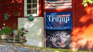 Plakat för Qanon och Donald Trump på en husvägg i Pennsylvania.