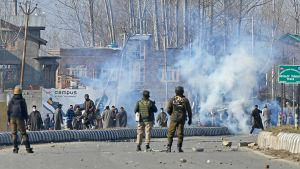 Kashmir-demonstranter kastar stenar mot indisk säkerhetspersonal