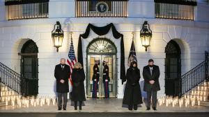 Paret Biden tillsammans med Kamala Harris och hennes make höll en tyst minut för USA:s coronaoffer