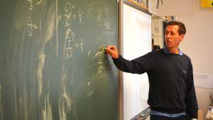 Söderkulla skolas rektor Janne Holmkvist håller en mattelektion