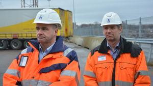 Hamndirektör Anders Ahlvik och tekniska chefen Björn Peltonen oroar sig för logistiken.