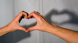 Två händer som formar ett hjärta.