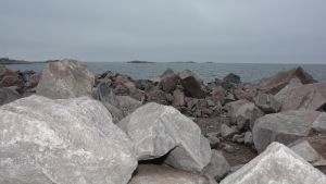 Stenbumlingar som ska användas till vågbrytaren i Västra hamnen i Hangö.