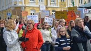 Demonstration för barnens väl i Raseborg.