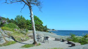 Pensionat Tellinas bakgård med utsikt över havet.
