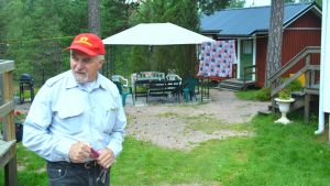 Holger Wickström utanför hostellet i Snappertuna.