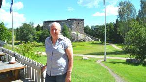 Anne Ingman vid Raseborgs slottsruiner.