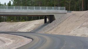 En nybyggd järnvägsbro med underfart för bilar under i Mjölbolsta.