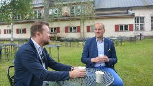 Brukspatron Olli Muurainen och Raseborgs stadsdirektör Tom Simola vid kaffebord i Billnäs.