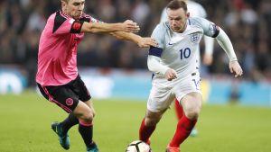 Landslagskapten Wayne Rooney i elden mot Skottland.