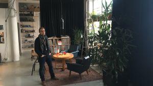 Länskonstnär jimmy Pulli i sin ateljé i tvålfabriken i Vasa.
