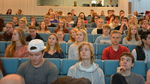 En massa elever sitter i ett auditorium i Hankoniemen lukio och lyssnar på valdebatt 2017.