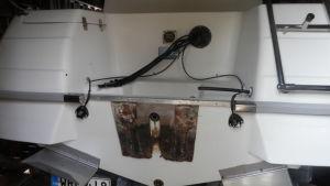 Från den här båten i Nykarleby har utombordsmotorn stulits