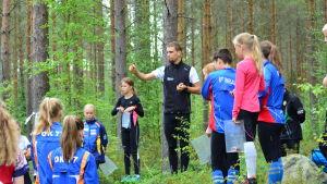 Fredric Portin pratar till ungdomar på orienteringsläger.