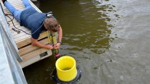 Peter Ceglinski installerar havssoptunnan.