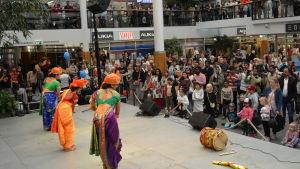 en hyllningsdans till den indiska guden ganesha framförs av tre kvinnor iklädda indiska folkdräkter