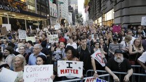 Demonstranter samlade utanför Trump Tower.