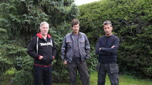 Jouko Liinamaa, Bo Norrbäck och Johan Skog lider av flugor från farmområdet