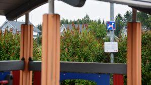 Förbjudet för hundar-skylt i lekpark.