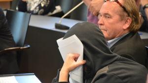 Styckmordet i Jakobstad behandlas av Österbottens tingsrätt. På bilden den åtalade kvinnan med försvarsadvokat.