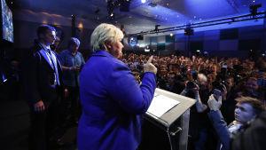 Statsminister Erna Solberg i en talarstol inför sina anhängare efter Stortingsvalet.