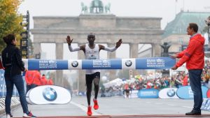 Eliud Kipchoge löper i mål på Berlin Maraton