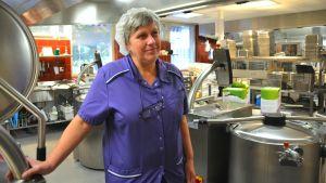 Kosthållschef Agneta Lindroos i centralköket i Karis högstadium.