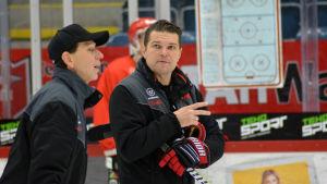 Tomek Valtonen leder Vasa Sports träningar i ishallen.
