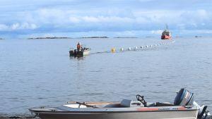 Fartyg anländer med sjökabeln vid Regattastranden i Hangö.